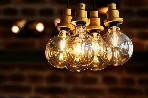 Leuchtende Glühbirnen als Symbol für Fachplanung